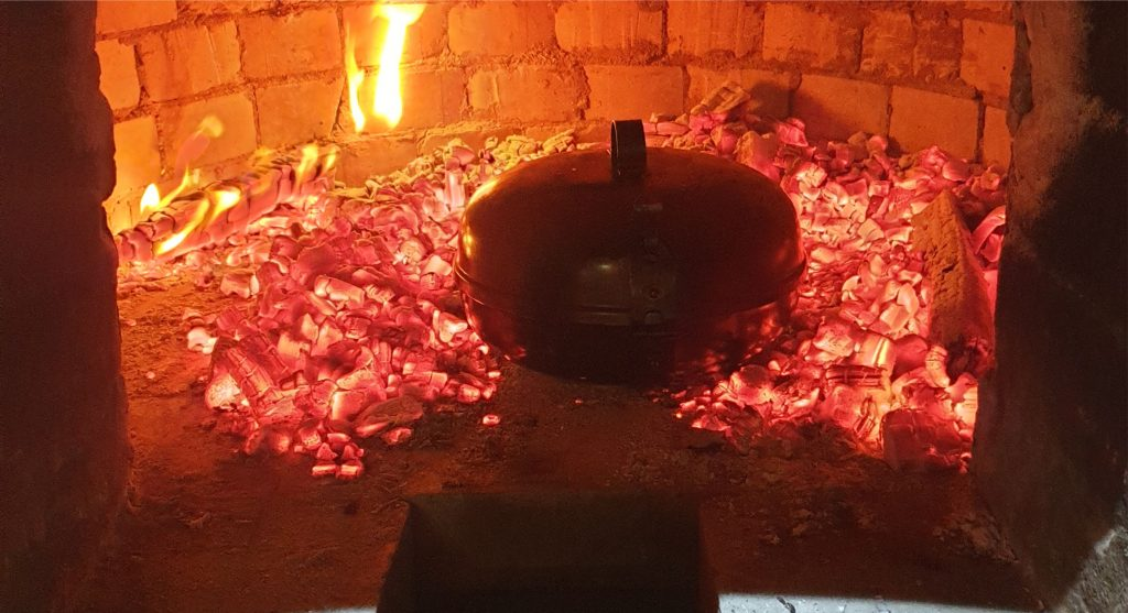I sealed down the UFO and put it in the oven, in the centre of the embers. The temperature vas ideal the thermometer showed 280 degrees.