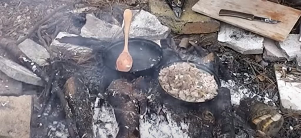 The following UFO dish is our favourite. During our hikes we prepare food on our hobo stove, while one is building a tent, the other one can easily prepare this simple, tasty and rich in calories food.